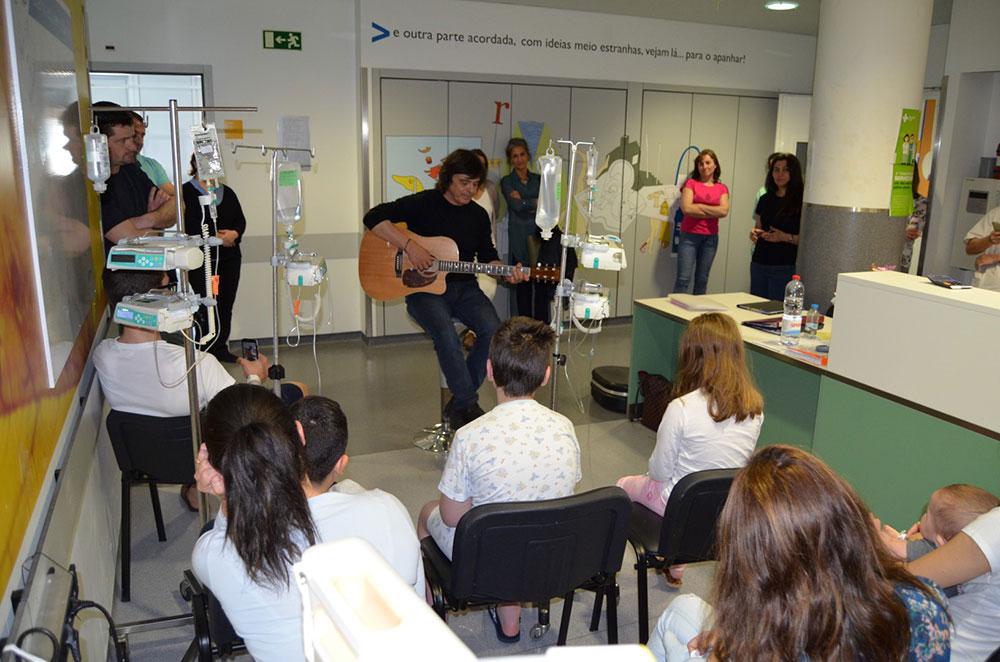 hospital-de-braga-Luís Represas visitou crianças internadas