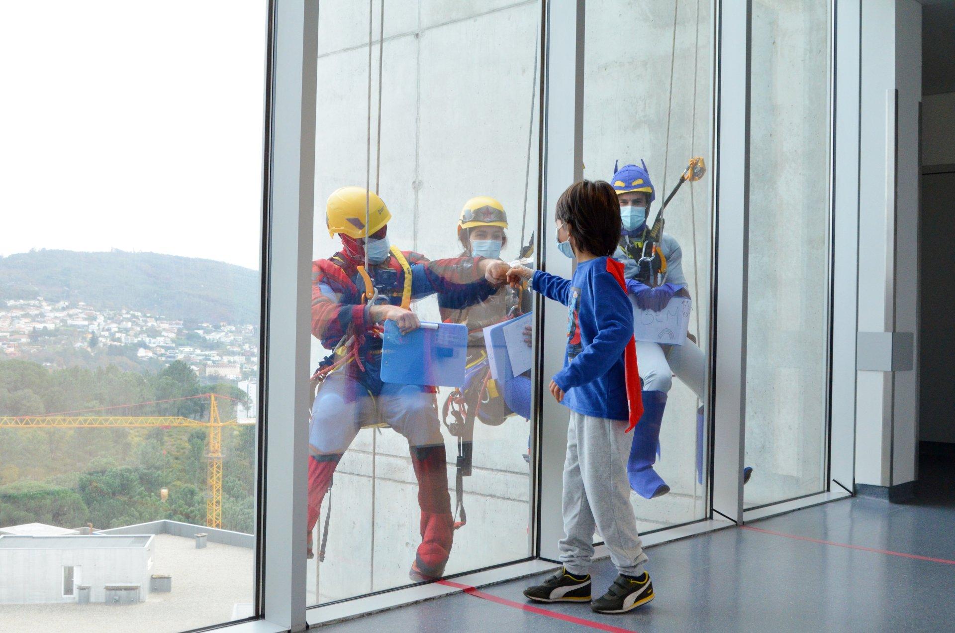 """hospital-de-braga-""""Super-Heróis"""" visitam crianças internadas"""